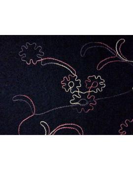 Tissu Laine Bouilli fond noir Brodé fleurs